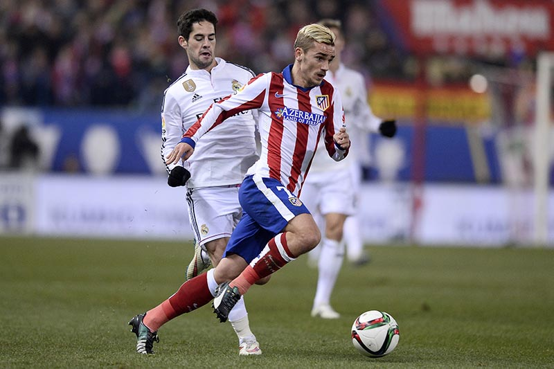 07 January 2015 - Copa Del Rey - Atletico Madrid v Real Madrid - Antoine Griezmann of Atletico is pursued by Isco of Real.